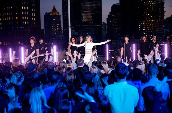 Taylor Swift performed an exclusive concert for a small group of fans to promote her new album.