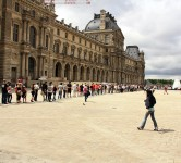 Queue-to-the-Louvre