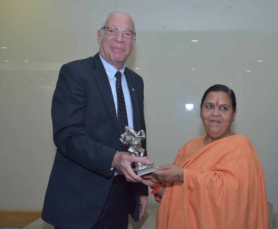 Israel's agriculture minister Uri Ariel receives a present from Indian water minister Uma Bharti. Photo via Israeli Embassy, New Delhi/Flickr
