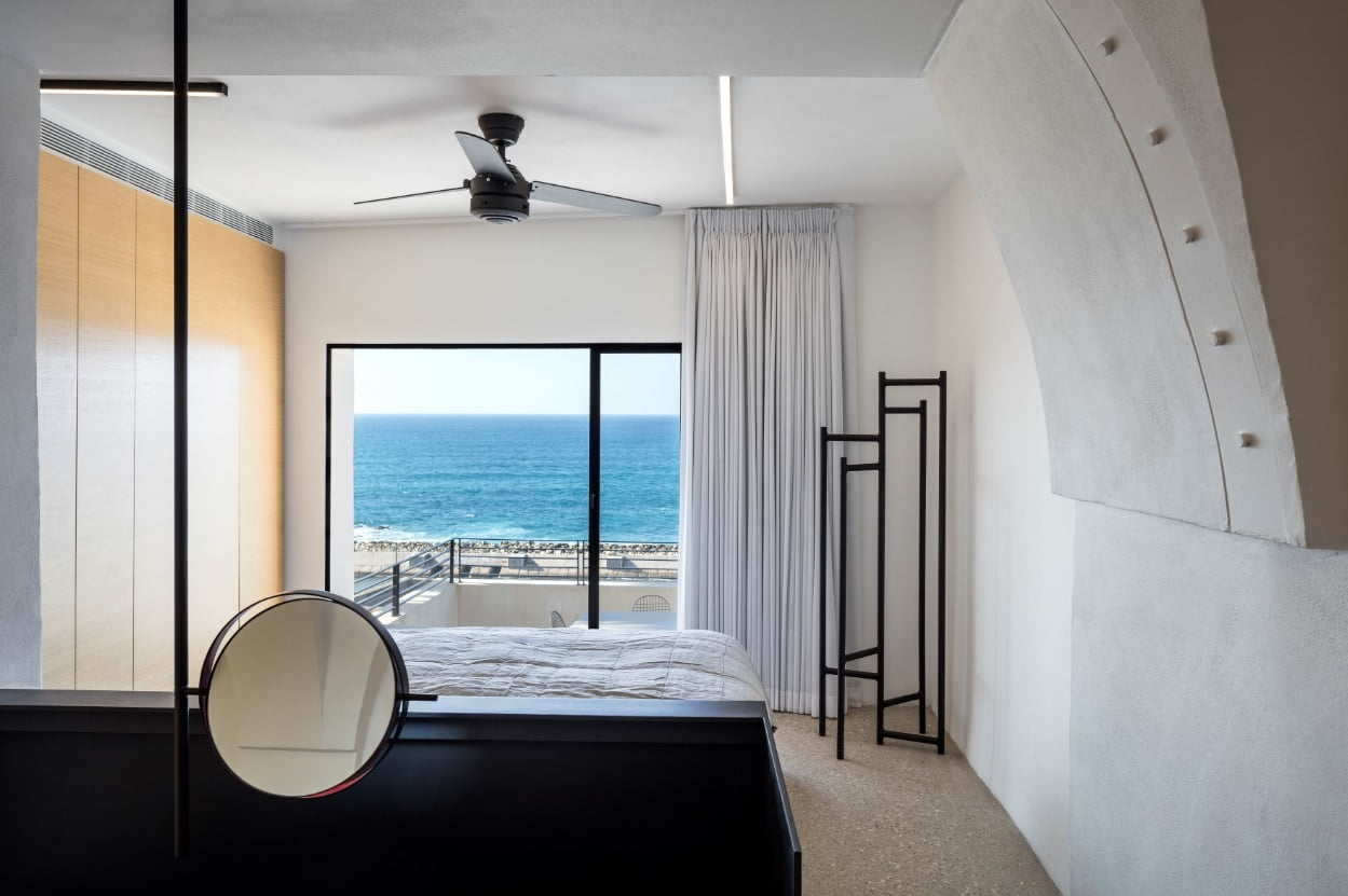 Apartment Overlooking the Sea. Photo by Pitsu Kedem Architects