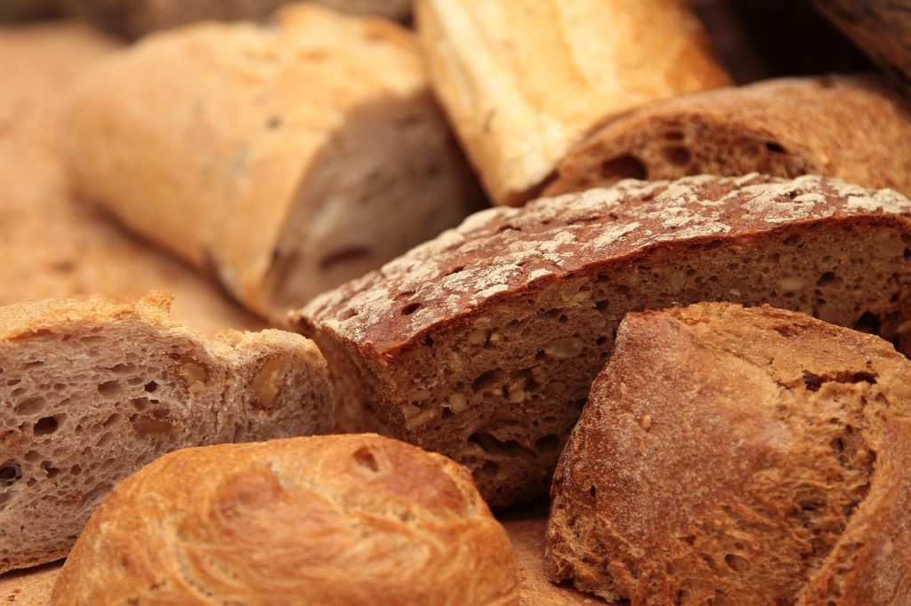 white bread and whole wheat by TiBine/Piixabay