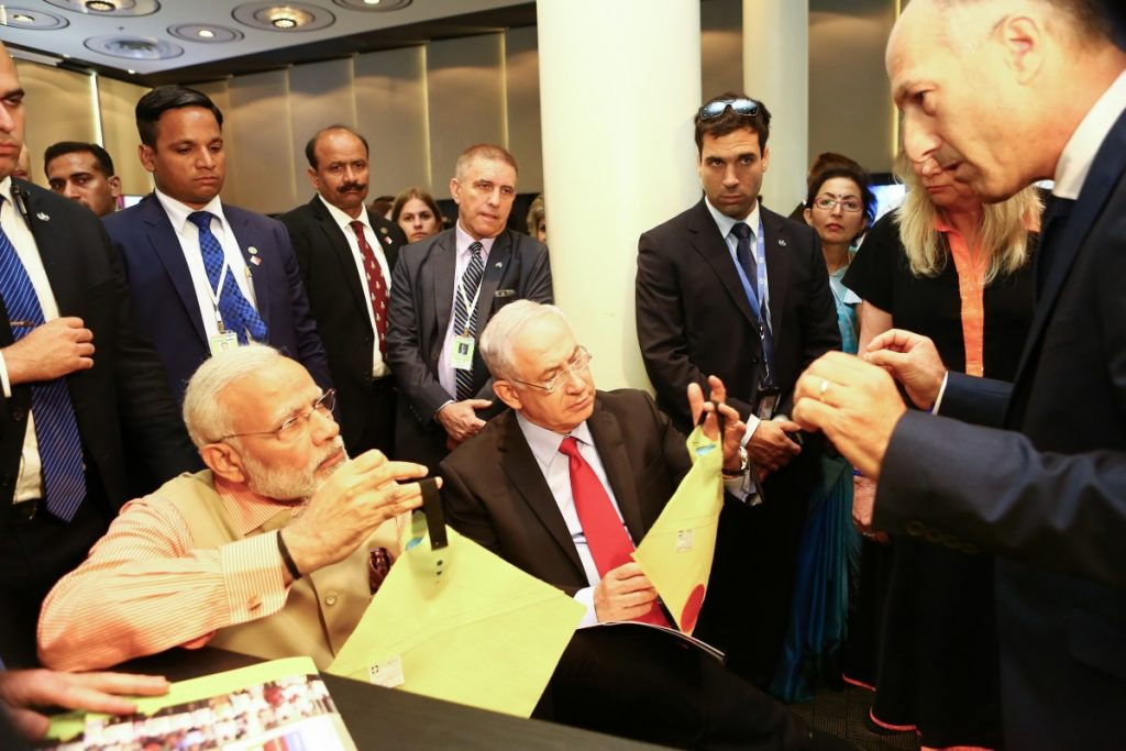Biofeed founder Dr. Nimrod Israely showing the FreeDome lure to Indian PM Narendra Modi and Israeli PM Benjamin Netanyahu, in January 2018. Photo by Avi Dod