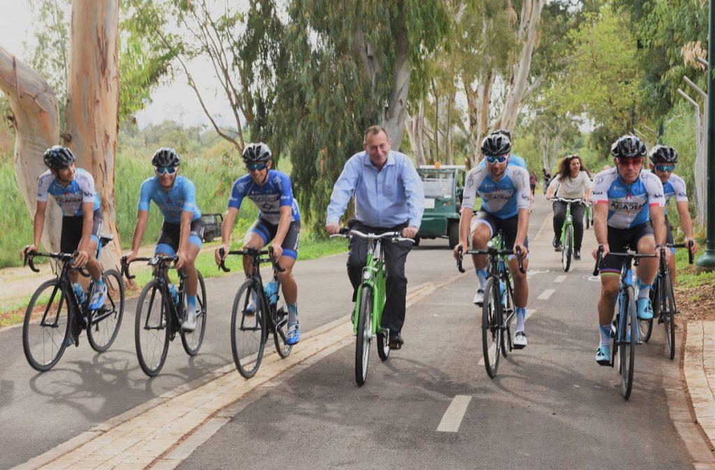 Ron Huldai, center, and Sylvan Adams, right, ride on the new bike trail in Tel Aviv, December 2, 2018. Photo by Kfir Sivan