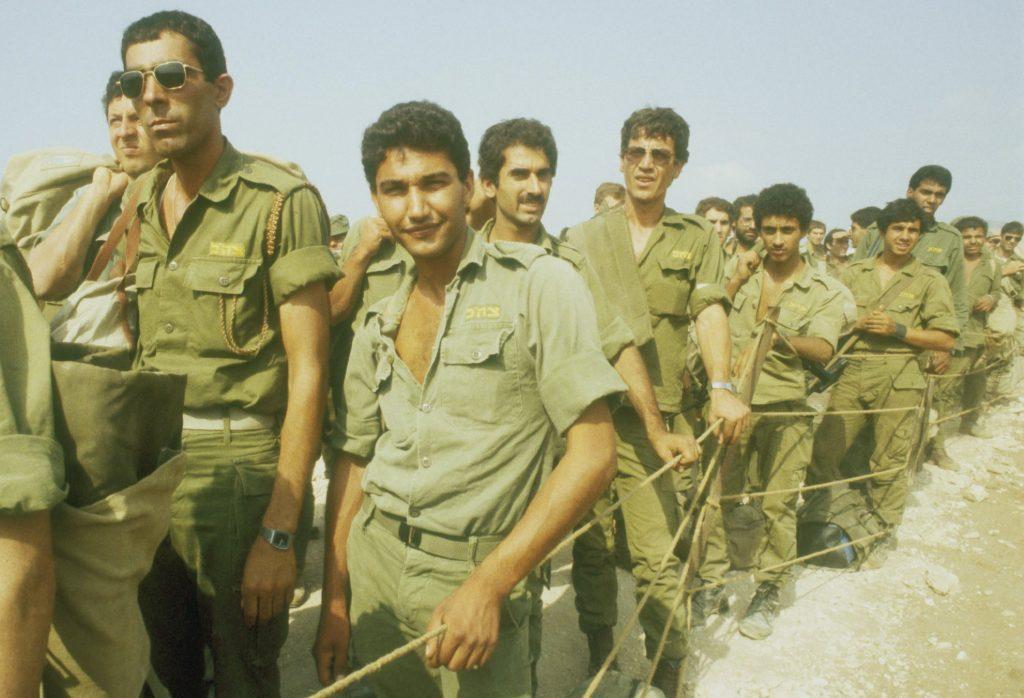 Soldiers returning from Lebanon, 1982, photo: IPPA staff, the Dan Hadani Collection