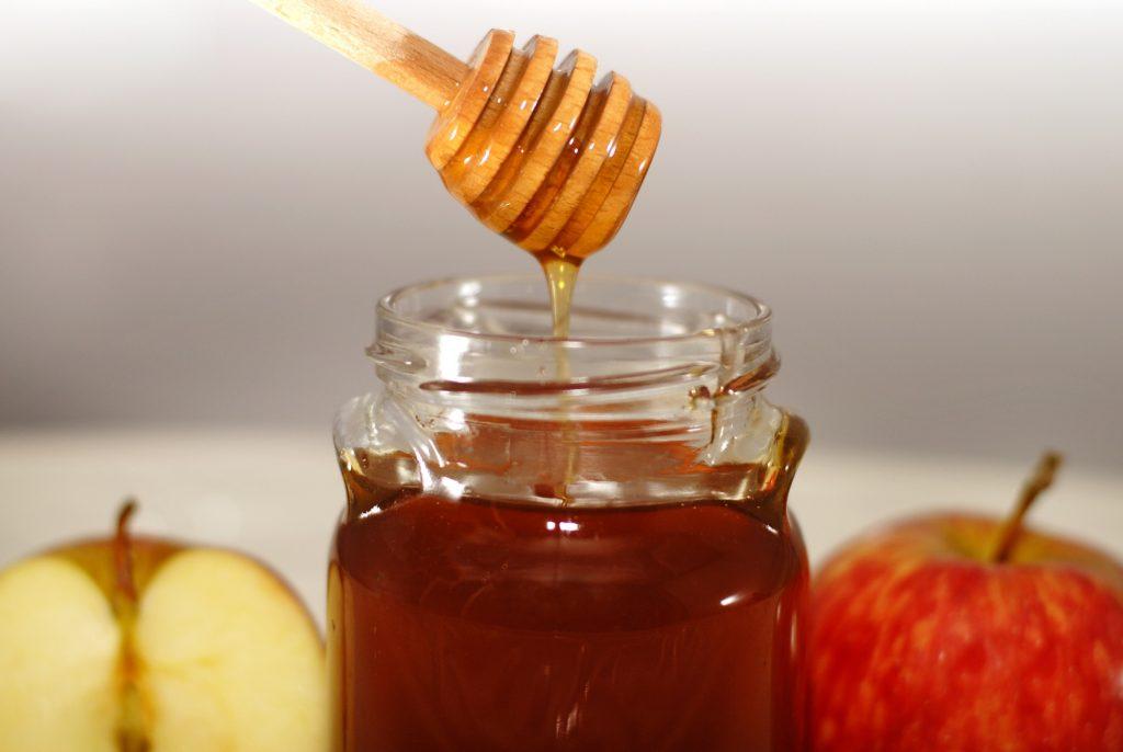 Apples and honey on Rosh Hashanah. Deposit Photos