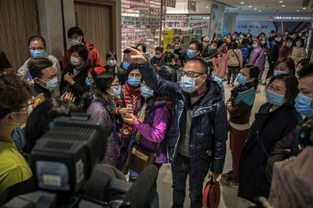 People wearing surgical masks in China during the 2019–20 coronavirus outbreak. By Studio Incendo - DSCF2199, CC BY 2.0, Link